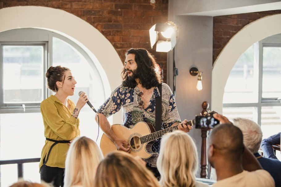 Types of Live Performers to Hire for a Wedding, acoustic performers, wedding singer
